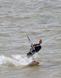 Persona que practica surf de sexo femenino de la cometa Fotografía de archivo