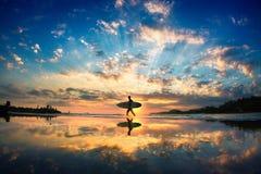 Persona que practica surf de Sun Fotos de archivo