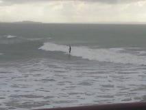 Persona que practica surf del invierno Imagenes de archivo