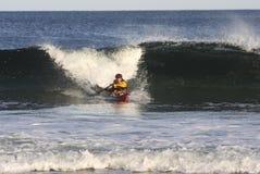 Persona que practica surf del kajak en la acción Foto de archivo