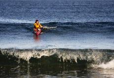 Persona que practica surf del kajak en la acción Fotos de archivo