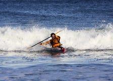Persona que practica surf del kajak en la acción Fotografía de archivo