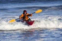 Persona que practica surf del kajak en la acción Fotografía de archivo libre de regalías