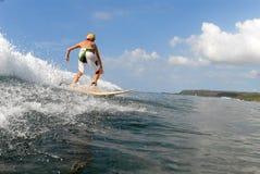 Persona que practica surf del muchacho fotografía de archivo