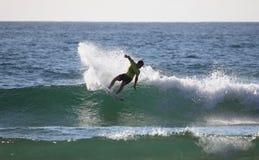 Persona que practica surf del profesional de Kolohe Andino Imágenes de archivo libres de regalías