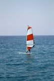 Persona que practica surf del viento imagen de archivo libre de regalías