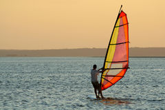 Persona que practica surf del viento fotos de archivo