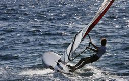 Persona que practica surf del viento que dirige el mar abierto Foto de archivo libre de regalías