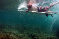 Persona que practica surf Duckdiving fotos de archivo libres de regalías