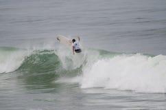 Persona que practica surf durante la 1ra etapa Imagenes de archivo