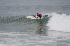 Persona que practica surf durante la 1ra etapa Foto de archivo libre de regalías