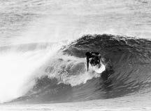 Persona que practica surf en 6 blancos y negros Imagen de archivo