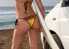 Persona que practica surf en bikiní   Imagen de archivo