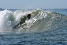 Persona que practica surf en el barril Foto de archivo libre de regalías