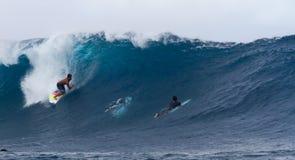 Persona que practica surf en el campeonato de Mondial de la resaca, Teahupoo, Tahití Imágenes de archivo libres de regalías