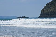 Persona que practica surf en el hilo de Trebarwith Fotografía de archivo