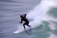 Persona que practica surf en el movimiento Fotos de archivo