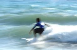 Persona que practica surf en el movimiento Fotografía de archivo