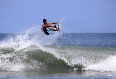 Persona que practica surf en el océano Imágenes de archivo libres de regalías