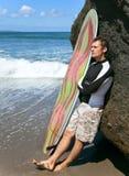 Persona que practica surf en el océano Imagenes de archivo