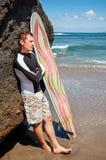 Persona que practica surf en el océano Fotos de archivo
