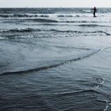 Persona que practica surf en el océano de Kamakura Fotos de archivo libres de regalías