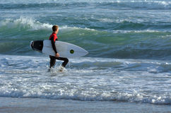 Persona que practica surf en el paraíso Gold Coast Australia de las personas que practica surf Imagenes de archivo