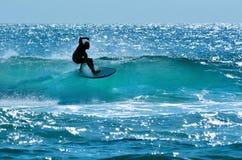 Persona que practica surf en el paraíso Gold Coast Australia de las personas que practica surf Imagen de archivo