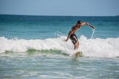 Persona que practica surf en Ilha grande, playa de Mendes de los medios galopes divertido El Brasil Río hace Imagen de archivo libre de regalías