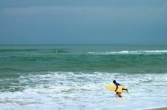 Persona que practica surf en Itauna Imagen de archivo libre de regalías