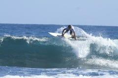 Persona que practica surf en la acción Foto de archivo libre de regalías