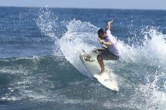 Persona que practica surf en la acción Imagen de archivo
