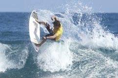 Persona que practica surf en la acción Fotografía de archivo