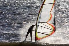 Persona que practica surf en la acción a lo largo de la costa de Mar del Norte Fotos de archivo libres de regalías