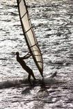 Persona que practica surf en la acción a lo largo de la costa holandesa Imagen de archivo