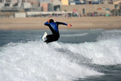 Persona que practica surf en la onda Imagen de archivo libre de regalías