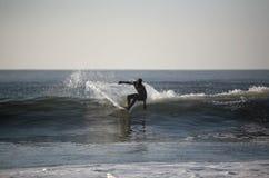 Persona que practica surf en la onda Imágenes de archivo libres de regalías