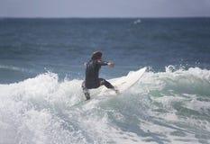 Persona que practica surf en la onda Fotos de archivo libres de regalías