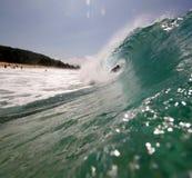 Persona que practica surf en la onda Fotos de archivo