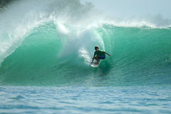 Persona que practica surf en la onda verde, islas de Mentawai, Indonesia Fotos de archivo