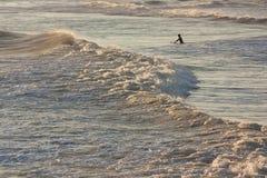 Persona que practica surf en la oscuridad Imágenes de archivo libres de regalías
