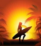 Persona que practica surf en la playa Foto de archivo