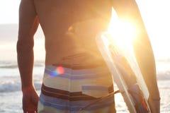 Persona que practica surf en la playa Foto de archivo libre de regalías