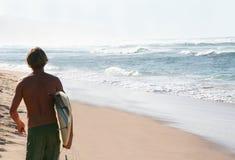 Persona que practica surf en la playa Fotos de archivo libres de regalías