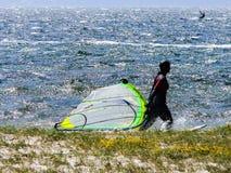 Persona que practica surf en la playa Fotografía de archivo libre de regalías