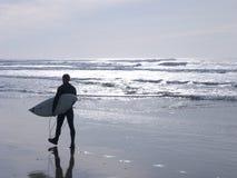 Persona que practica surf en la playa Fotografía de archivo
