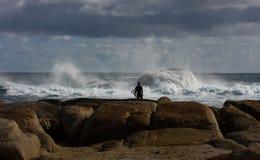 Persona que practica surf en la playa de Redgate, Australia occidental Foto de archivo