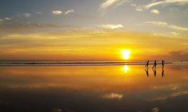 Persona que practica surf en la playa del mar Fotografía de archivo