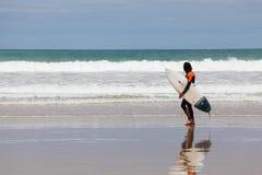 Persona que practica surf en la playa en Torquay, Australia Fotografía de archivo