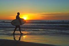 Persona que practica surf en la puesta del sol, orillas de La Jolla foto de archivo libre de regalías